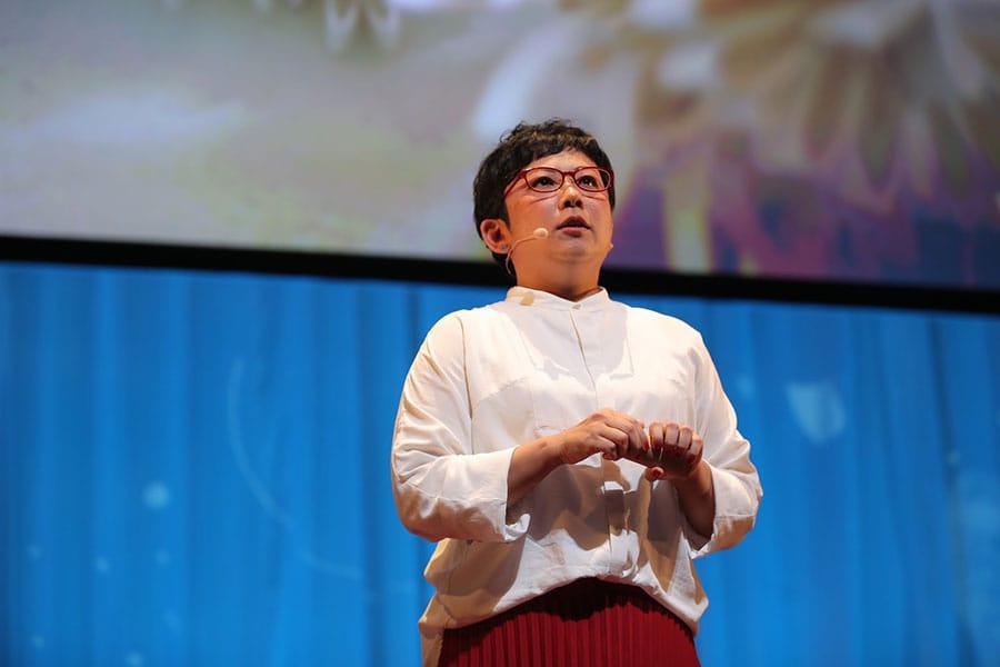 写真:TEDxHamamatsu2017でトークする山田さん