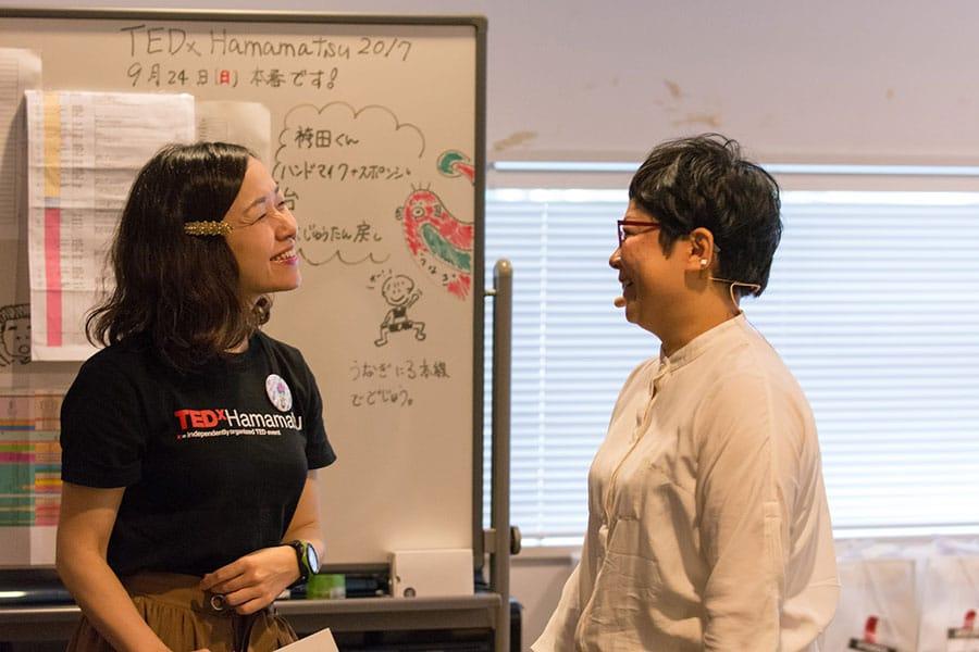 写真:舞台裏でTEDxHamamatsuスタッフと話す山田さん