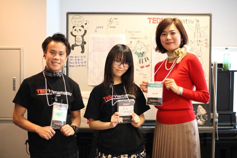 TEDxHamamatsuのスタッフ2人と一緒に写真をとる佐藤さん
