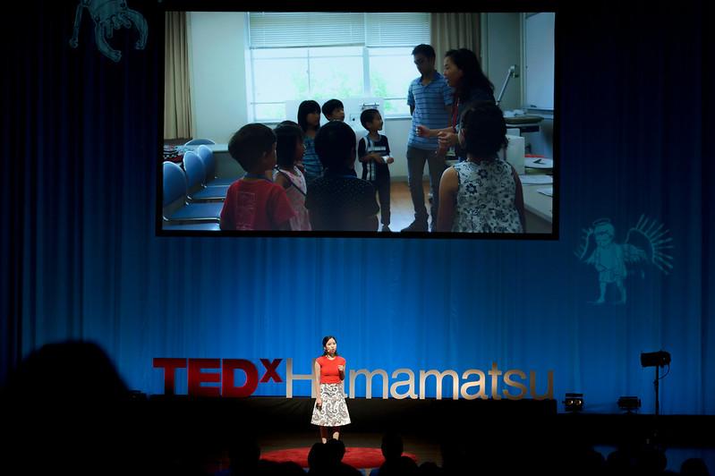 登壇する鈴木ステラさんと、浜松インターナショナルスクールの授業風景